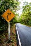 Destra di giro del segnale sulla strada campestre, segnali stradali Immagine Stock Libera da Diritti