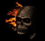 Destra di legno del rivestimento del cranio terrificante con fuoco Fotografia Stock Libera da Diritti
