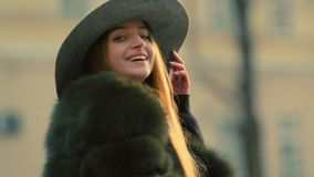 Destra di sguardi della giovane donna verso la macchina fotografica Sorriso felice Ritratto femminile video d archivio