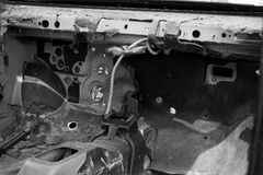 Destroyed a abandonné la voiture sur l'intérieur, noir et blanc Images stock