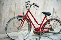 Destroyed bike by the wall Royalty Free Stock Photography