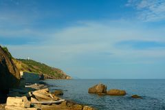 Destroyed che conserva parete costiera Mar Nero Fotografie Stock