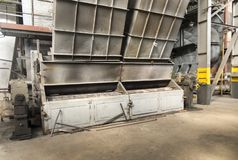 Destroyed kol-avfyrade kokkärlet med ett tungt murverk och en dubbel mekanisk spisgaller arkivbild
