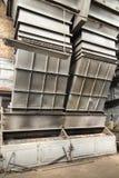 Destroyed kol-avfyrade kokkärlet med ett tungt murverk och en dubbel mekanisk spisgaller arkivbilder