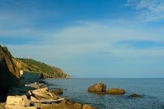 Destroyed que retém a parede litoral o Mar Negro fotos de stock