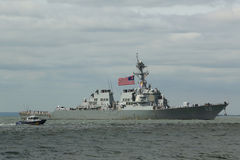 Destroyer de missile guidé d'USS Barry de la marine d'Etats-Unis pendant le défilé des bateaux à la semaine 2015 de flotte Photographie stock