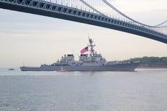 Destroyer de missile guidé d'USS McFaul de la marine d'Etats-Unis pendant le défilé des bateaux à la semaine 2014 de flotte Images libres de droits