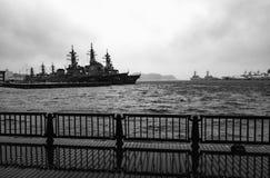 Destroyers classe de la Burke d'Arleigh ancrés dans les eaux orageuses aux activités de flotte des Etats-Unis Photo stock