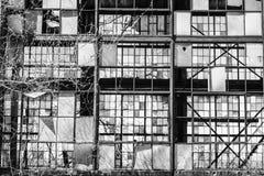 Destrozo urbano - fábrica abandonada vieja V del ferrocarril Fotos de archivo libres de regalías