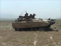 Destrucción de un vehículo acorazado con un tanque CV90 en Afganistán almacen de video
