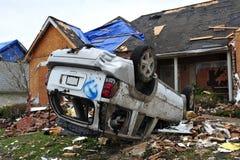 Destrucción del tornado del coche y del hogar Imágenes de archivo libres de regalías