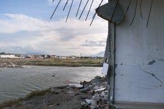 Destructif sur l'usine de sel à Palu, Indonésie images libres de droits