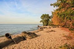 Destruction abandonnée de remblai de plage après la tempête Photos libres de droits