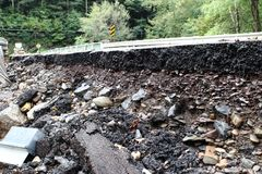 Destruction d'inondation de route photos stock