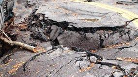 Destruction de route tombant en morceaux images libres de droits