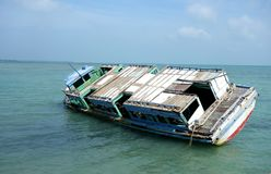 Destruição abandonada do navio no raso foto de stock