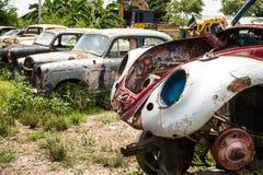 Destruição clássica do carro em um cemitério de automóveis Imagem de Stock