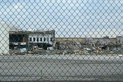 Destruição da construção atrás da cerca Imagens de Stock