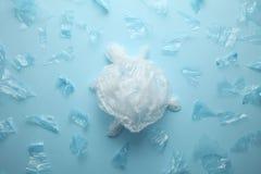 A destruição da vida do oceano, tartaruga do lixo plástico imagens de stock royalty free