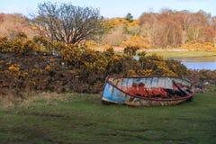 Destruição do barco na costa foto de stock