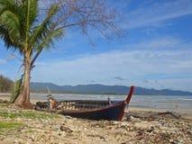 Destruição do barco na praia Fotos de Stock Royalty Free
