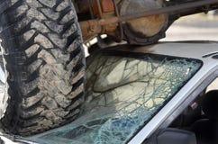 Destruição do carro com os pneus do caminhão no para-brisa do acidente de viação pequeno Dest Imagens de Stock