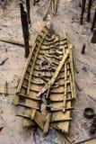 Destruição encalhada do barco de madeira pequeno com partes de madeira toda ao redor após a tempestade Foto de Stock