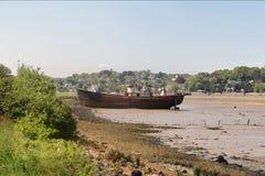 Destruição encalhada em um leito fluvial maré Imagem de Stock