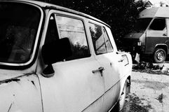 Destruições abandonadas do carro, preto e branco Foto de Stock Royalty Free