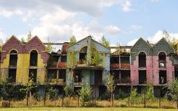 Destruido construyendo muchos colores cielo y nubes Foto de archivo libre de regalías