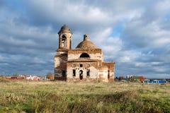 Destruido por una iglesia deconsacrated y trágico un cielo cubierto con las nubes grises imagenes de archivo