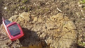 Destruya el teléfono móvil viejo con un hacha almacen de video