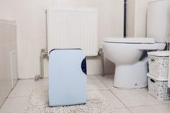 Desumidificador com painel de toque, indicador de umidade, lâmpada uv, ionizer do ar, trabalhos do recipiente da água no banheiro fotografia de stock