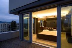 Desván contemporáneo - wiev de la terraza al dormitorio Fotografía de archivo