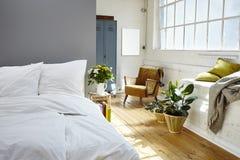 Desván industrial de la luz de la mañana del dormitorio del vintage fotografía de archivo libre de regalías