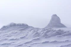 Desviación de la nieve en la parte superior de la montaña Imagen de archivo