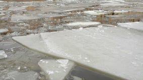 Desviación del hielo en el río almacen de video