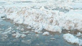 Desviación del hielo en el río Las masas de hielo flotante de hielo móviles se cierran para arriba almacen de video