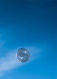 Desviaciones de la burbuja a través del cielo azul Imagenes de archivo