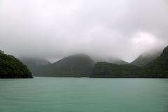 Deszcz i mgła zakrywaliśmy wyspę i morze Zdjęcie Royalty Free