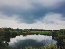 Deszcz i wiatr jesteśmy wokoło przychodzić, i jezioro jest wciąż spokojny zdjęcie stock