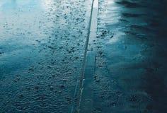 Deszcz, jesień dzień, pogodowy pojęcie i chełbotanie woda w dżdżystym, - kałuża zdjęcia royalty free