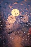 Deszcz krople na okno z drogi światła bokeh pada sezon obraz royalty free