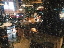 Deszcz krople na przejrzystym szklanym okno zdjęcie royalty free