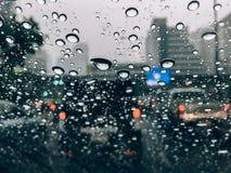 Deszcz krople na samochodowym frontowym okno Zdjęcia Royalty Free
