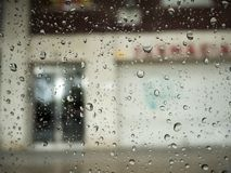 Deszcz krople na samochodowym okno zdjęcia royalty free