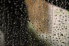 Deszcz krople na szklanej tafli obrazy stock