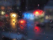 Deszcz krople na szkle w miastowym środowisku Obrazy Royalty Free