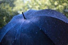 Deszcz na parasolu Zdjęcia Royalty Free