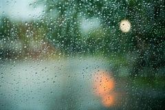 Deszcz na szkła i światła bokeh Zdjęcia Stock